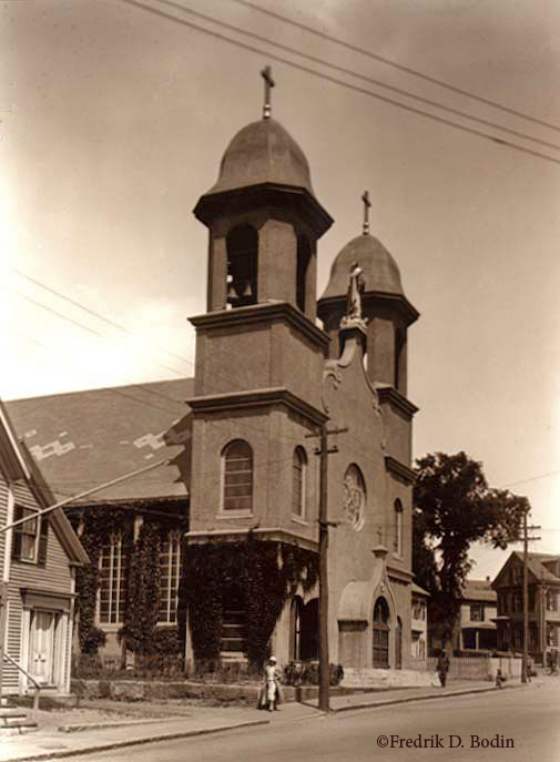 The church of the Portugese community was dedicated i 1893. Our Lady of Good Voyage church on Prospect Street was rebuilt after a fire in 1914. In this photo, the carillion bells are only a few years old.
