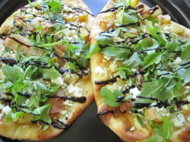 carmelized onion & pear flatbread pizza 093
