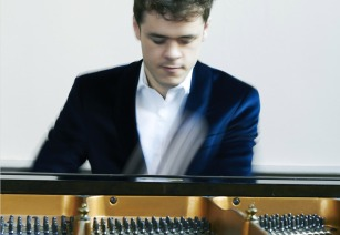 Benjamin Grosvenor playing