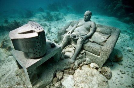 underwater-museum-mexico-inertia-man-watching-tv-obese-fast-food-junk-fat-lazy-couch-potato-statue-sculpture-art