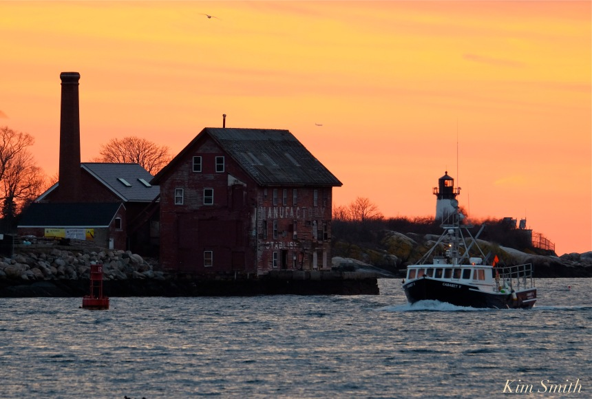 gloucester-harbor-sunset-fishing-boat-fv-cabaret-v-copyright-kim-smith