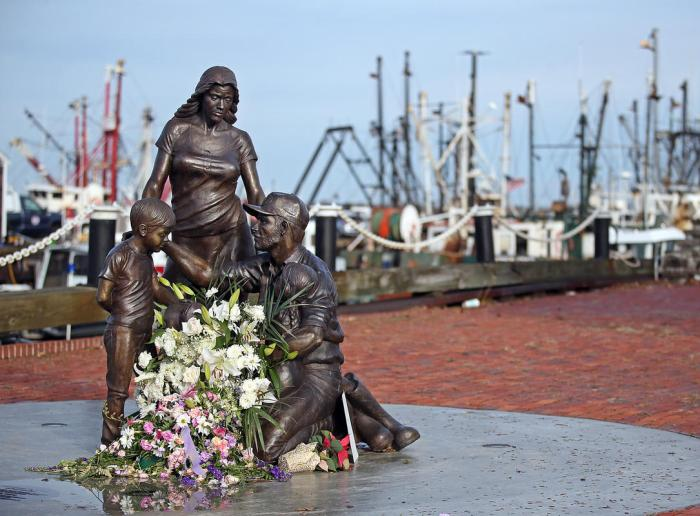 Boston Herald photograph with Brian Dowling story fishermens tribute monument ©NANCY LANE 120617fishnl01.jpg