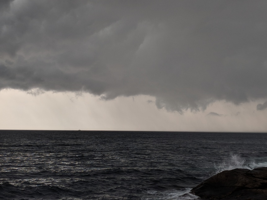 scale of sea and sky with Fishing boat before the torrential forecast_20180717_©c ryan.jpg