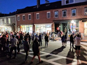 Crowds stop and come out of stores and restaurants as the tenor continued_20180831_©c ryan block party Gloucester Mass