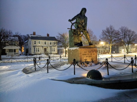 fisherman at the wheel memorial first winter snow storm of 2019 season gloucester ma _20190120_ 6am_©catherine ryan