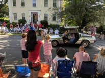 Adam and Alexia_crowd reacts to car_Manchester by the sea 4th of July parade 2019_©c ryan (3)