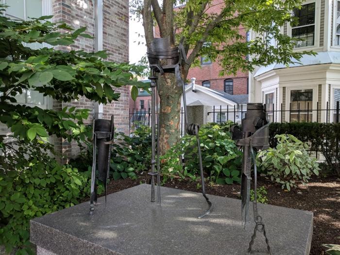 KEN HRUBY Uneasy Crown Uneasy Chair Uneasy Piece 1986 cast 2008 _Cape Ann Museum courtyard sculpture garden_20171028_© cryan