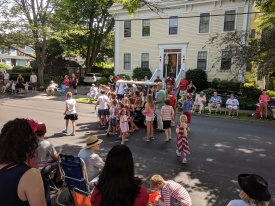 passing out flags for hand waving_Manchester by the sea 4th of July parade 2019_©c ryan (7)