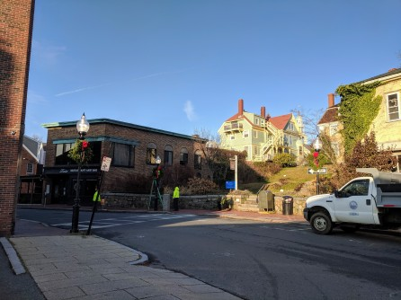 Gloucester DPW hanging wreaths on Main Street _20191125_©c ryan (2)