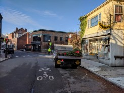 Gloucester DPW hanging wreaths on Main Street _20191125_©c ryan