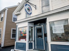 Closed for Now Stay Healthy_Two Sisters-Washington Street_ downtown Gloucester Massachusetts_20200328_©c ryan